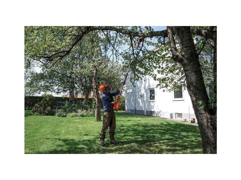 Mand Med Orange Hjelm Beskærer Træ I Have.